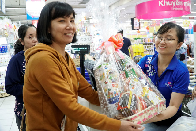 Nhộn nhịp khách đi siêu thị Co.opmart sắm tết mua 1 tặng 1 - Ảnh 1.