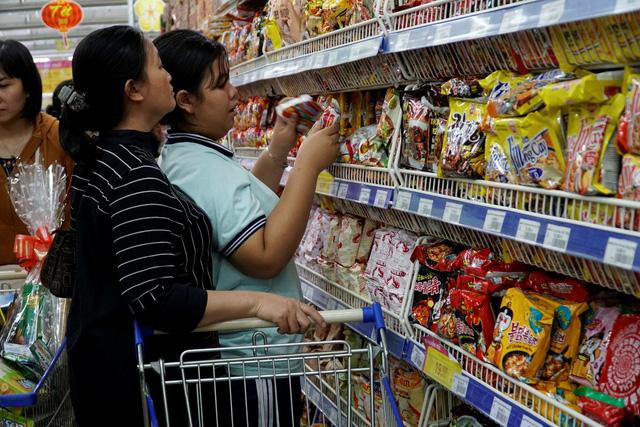 Nhộn nhịp khách đi siêu thị Co.opmart sắm tết mua 1 tặng 1 - Ảnh 3.