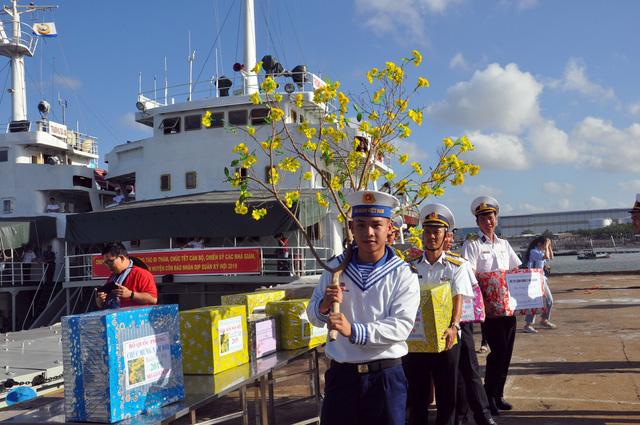 Cành mai, cây quất và những nụ hôn ở quân cảng - Ảnh 1.
