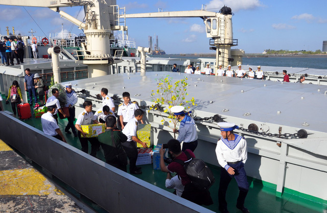 Cành mai, cây quất và những nụ hôn ở quân cảng - Ảnh 2.
