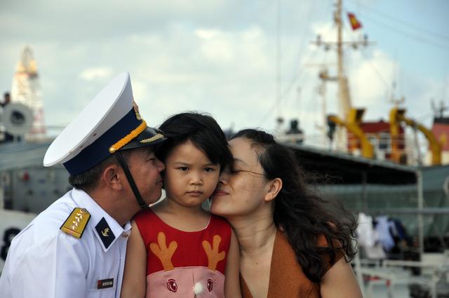 Cành mai, cây quất và những nụ hôn ở quân cảng - Ảnh 4.