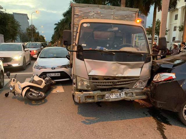 Xe tải tông 3 xe dừng đèn đỏ ở Đà Nẵng đã hết hạn kiểm định - Ảnh 1.