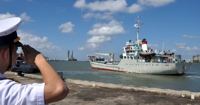 Cành mai, cây quất và những nụ hôn ở quân cảng - Ảnh 8.