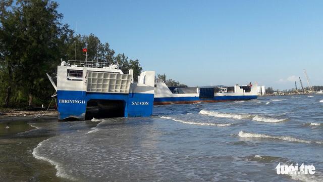Hai phà cao tốc bị sóng đánh văng lên bờ - Ảnh 2.