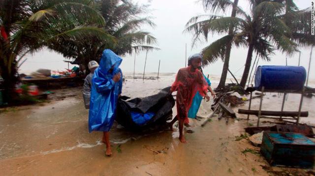 Hàng chục ngàn du khách mắc kẹt ngoài đảo ở Thái vì bão Pubak - Ảnh 2.
