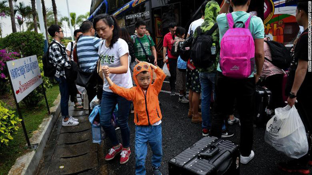 Hàng chục ngàn du khách mắc kẹt ngoài đảo ở Thái vì bão Pubak - Ảnh 3.