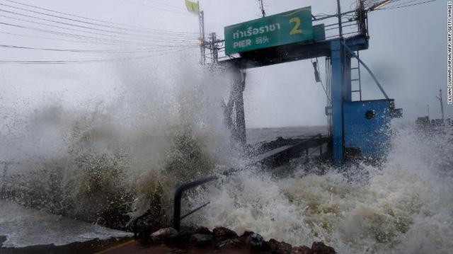 Hàng chục ngàn du khách mắc kẹt ngoài đảo ở Thái vì bão Pubak - Ảnh 1.