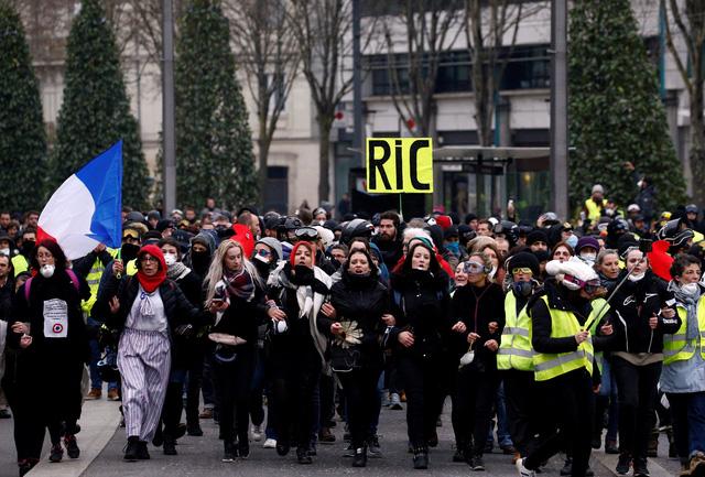 Biểu tình 'áo vàng' giảm nhiệt nhưng vẫn xảy ra bạo lực ở Paris - Ảnh 3.