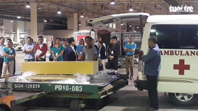 Máy bay chở thi thể ba du khách vụ đánh bom ở Ai Cập về đến TP.HCM - Ảnh 1.