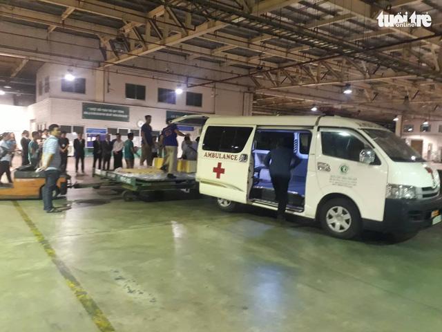 Máy bay chở thi thể ba du khách vụ đánh bom ở Ai Cập về đến TP.HCM - Ảnh 6.