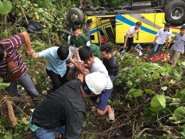 Xe gặp nạn ở đèo Hải Vân chở sinh viên Trường cao đẳng Kiên Giang - Ảnh 1.