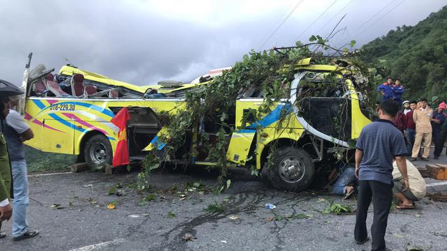 Hai tỉnh hỗ trợ nạn nhân xe khách lao xuống vực ở đèo Hải Vân - Ảnh 1.