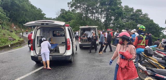 Xe chở 21 người lao xuống vực đèo Hải Vân, đã có 1 người tử vong - Ảnh 5.