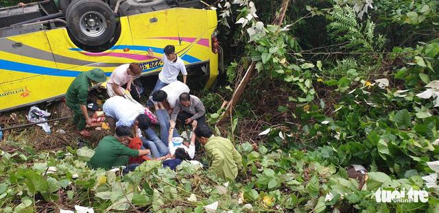 Xe chở 21 người lao xuống vực đèo Hải Vân, đã có 1 người tử vong - Ảnh 6.