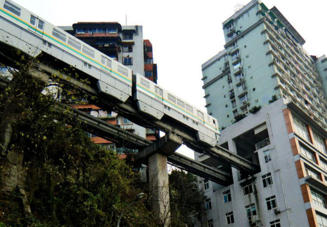 Tàu điện ngầm Trung Quốc va hầm tránh bom, 4 người thương vong - Ảnh 2.