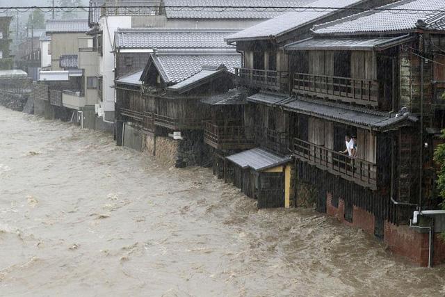 Siêu bão Hagibis xé toạc nhà cửa ở Nhật, đường sá chìm trong biển nước - Ảnh 4.