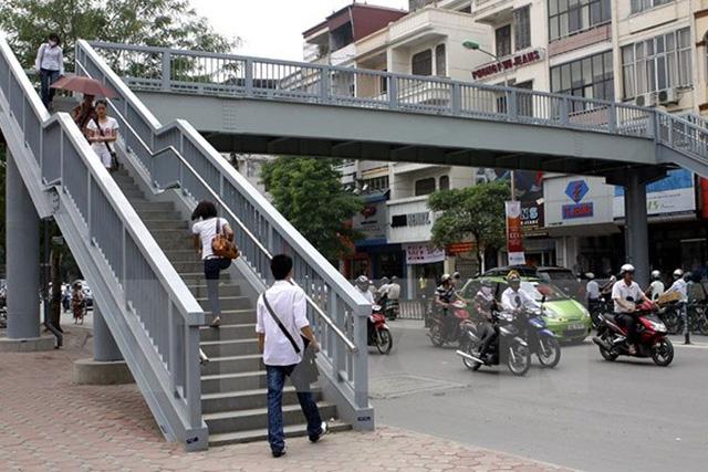 Hà Nội sắp xây thêm 4 cầu vượt đi bộ và cầu qua Hồ Linh Đàm - Ảnh 1.