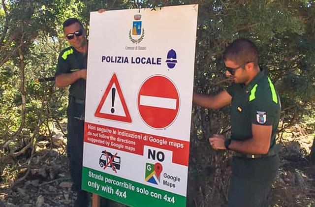 Hòn đảo ở Italy dựng biển cảnh báo du khách không đi theo Google Maps - Ảnh 1.