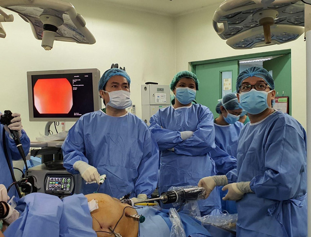 Bác sĩ Bệnh viện Bình Dân sang Philippines phẫu thuật bằng robot - Ảnh 1.