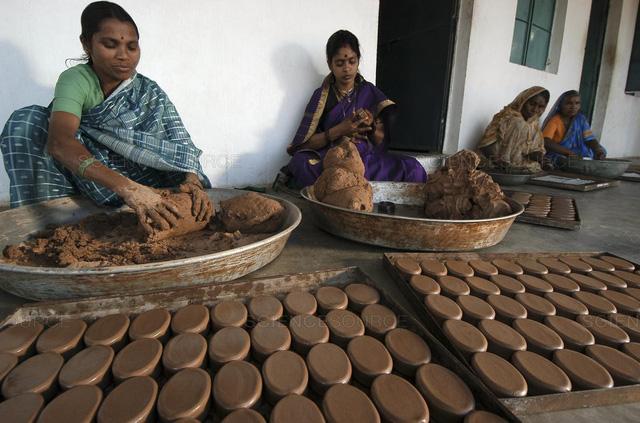 Ấn Độ phát động làm xà phòng phân bò, bình nước ống tre - Ảnh 1.