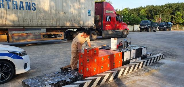 Bắt giữ container chở hàng trăm chai rượu ngoại, trị giá gần 1 tỉ đồng - Ảnh 1.
