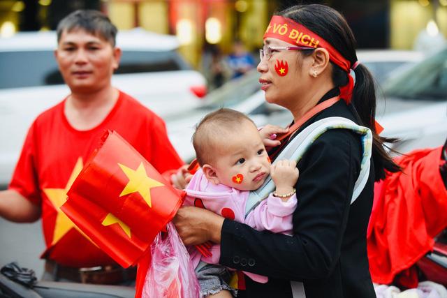Người hâm mộ khắp nơi cổ vũ U22 Việt Nam đá chung kết SEA Games - Ảnh 2.