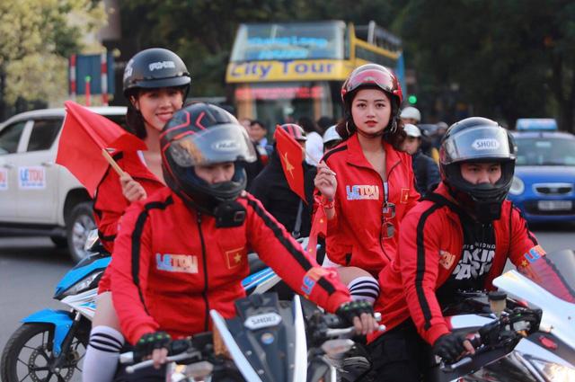 Người hâm mộ Việt khắp nơi cổ vũ U22 Việt Nam đá chung kết SEA Games - Ảnh 1.