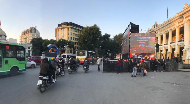 Người hâm mộ Việt khắp nơi cổ vũ U22 Việt Nam đá chung kết SEA Games - Ảnh 2.