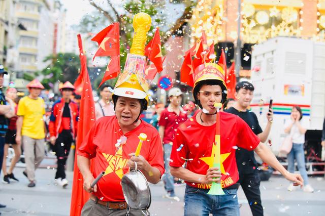 Người hâm mộ khắp nơi cổ vũ U22 Việt Nam đá chung kết SEA Games - Ảnh 1.