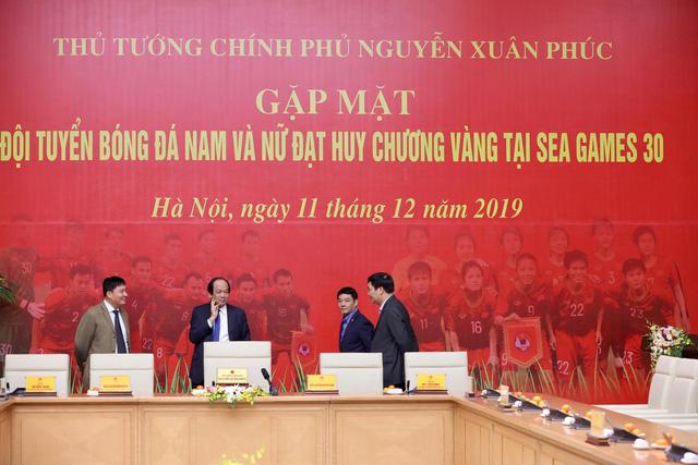 Các chàng trai, cô gái vàng bóng đá đang về trung tâm Hà Nội - Ảnh 2.