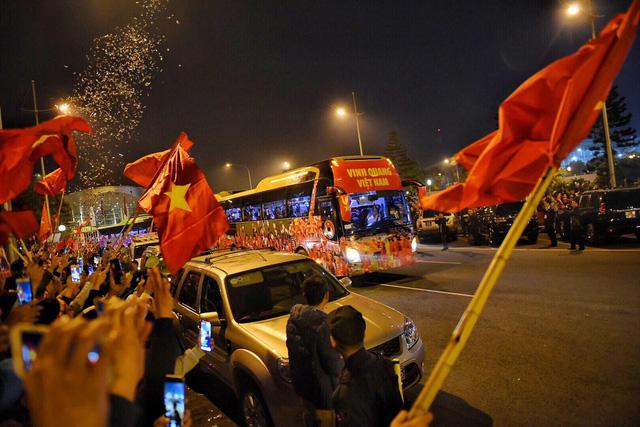 Các chàng trai, cô gái vàng bóng đá đang về trung tâm Hà Nội - Ảnh 1.