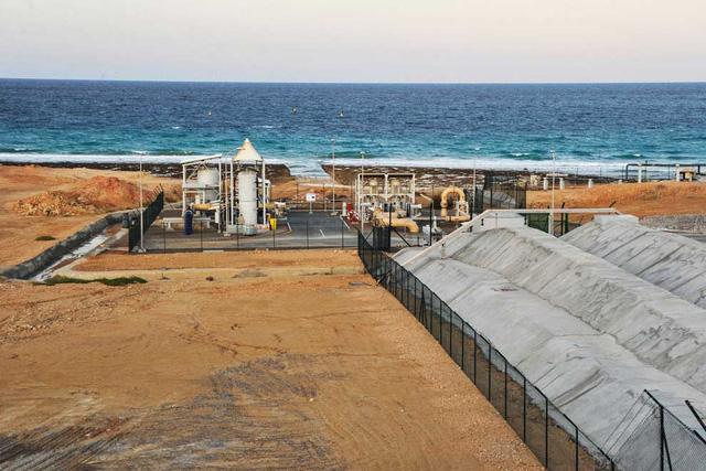 Cái giá về môi trường của nhà máy khử mặn nước biển - Ảnh 1.