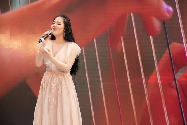 Sao Mai Phạm Thùy Dung tung bộ đôi CD Moon và MV Ave Maria - Ảnh 1.