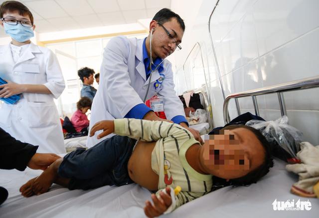 57 trẻ em bị ngộ độc sau khi dùng thức ăn từ thiện - Ảnh 1.