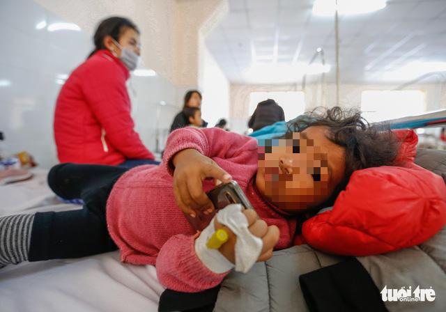 57 trẻ em bị ngộ độc sau khi dùng thức ăn từ thiện - Ảnh 3.