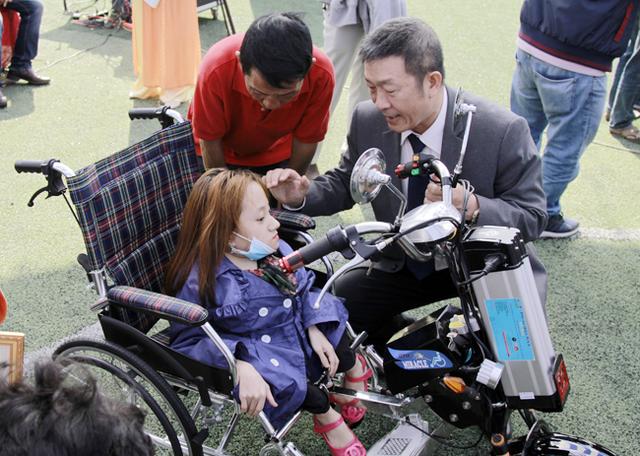 ĐH Duy Tân chế tạo xe lăn điện cho người khuyết tật Đà Nẵng - Ảnh 2.