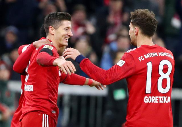 Đè bẹp Schalke, Bayern còn kém Dortmund 5 điểm - Ảnh 1.