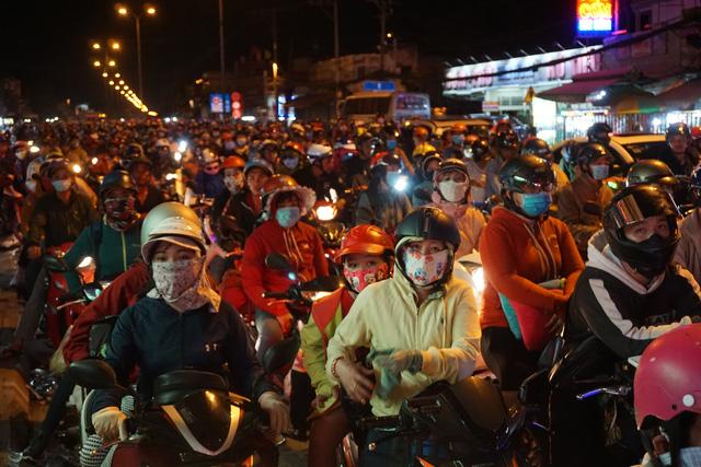Sài Gòn đón tiếp lượng lớn người về, từ chiều tối đến tận sáng mai - Ảnh 2.
