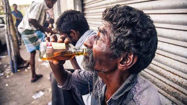 Hơn 70 người chết một lúc do uống rượu pha methanol - Ảnh 1.