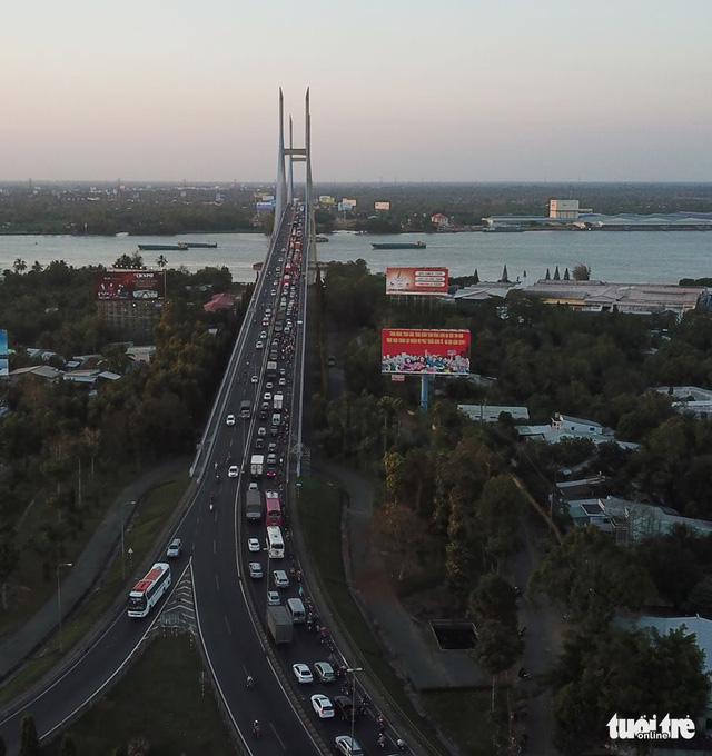 Nghẽn mạch ở đầu cầu Mỹ Thuận, dân tình tính chuyện ở lại qua đêm - Ảnh 3.