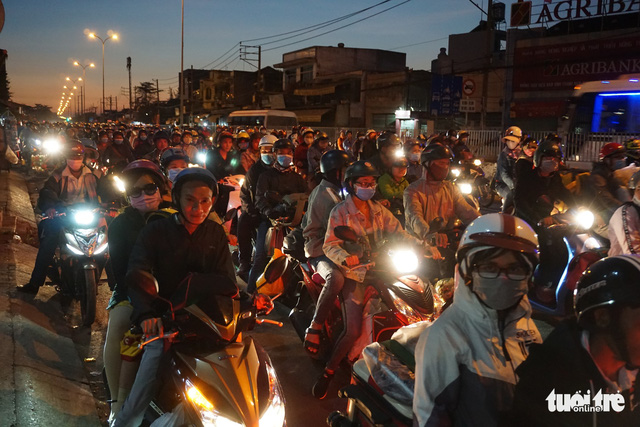 Sài Gòn đón tiếp lượng lớn người về, từ chiều tối đến tận sáng mai - Ảnh 1.
