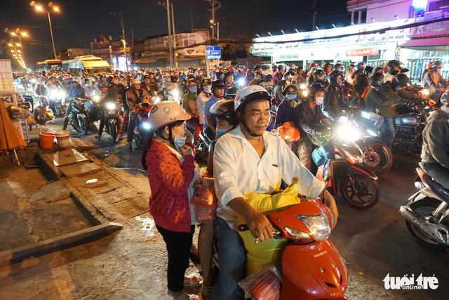 Sài Gòn đón tiếp lượng lớn người về, từ chiều tối đến tận sáng mai - Ảnh 3.