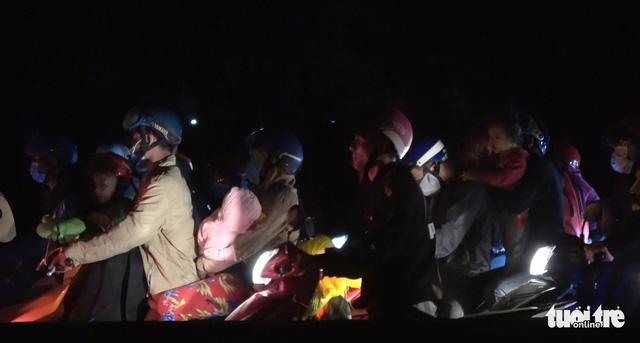 Nghẽn mạch ở đầu cầu Mỹ Thuận, dân tình tính chuyện ở lại qua đêm - Ảnh 1.
