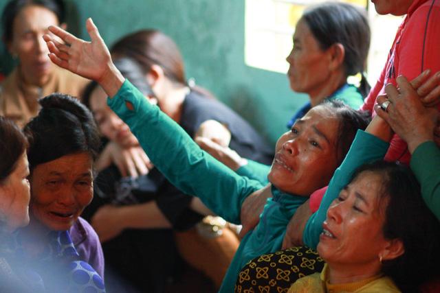 Thứ trưởng Bộ GD-ĐT thăm gia đình 6 học sinh chết đuối tại Quảng Nam - Ảnh 2.