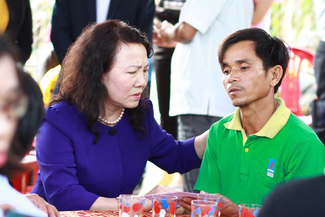 Thứ trưởng Bộ GD-ĐT thăm gia đình 6 học sinh chết đuối tại Quảng Nam - Ảnh 1.