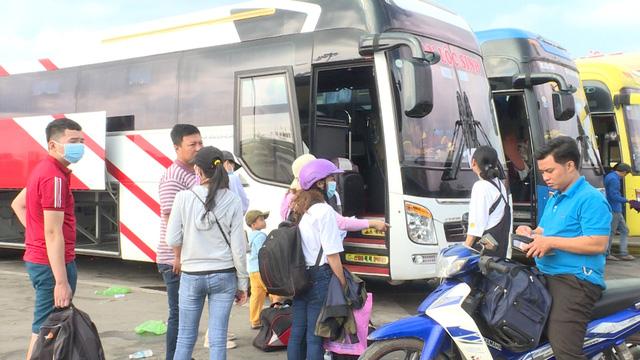 Quảng Ngãi: Hành khách bức xúc mua vé nhưng không có xe rời quê - Ảnh 1.