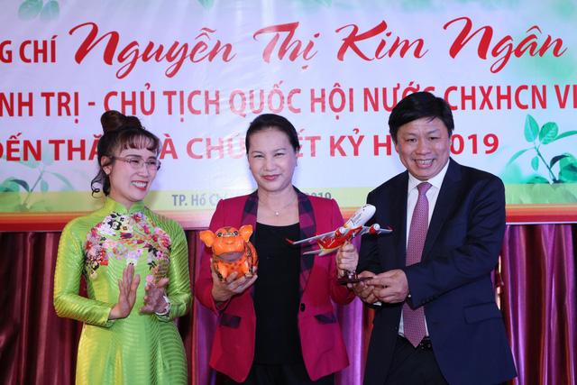 Chủ tịch Quốc hội thăm, chúc Tết HDBank, Vietjet - Ảnh 1.