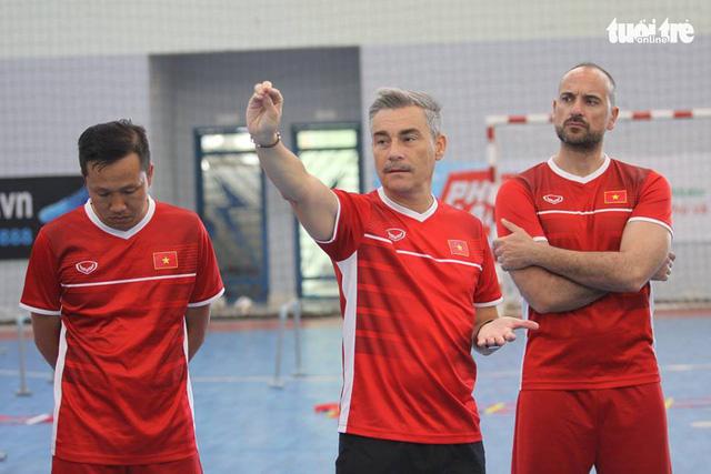 Futsal Việt Nam ra sân tập luyện, chuẩn bị du đấu ở Tây Ban Nha - Ảnh 1.