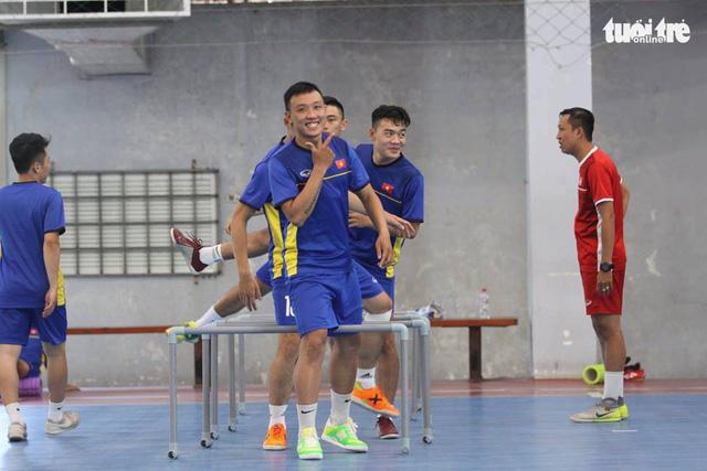 Futsal Việt Nam ra sân tập luyện, chuẩn bị du đấu ở Tây Ban Nha - Ảnh 2.