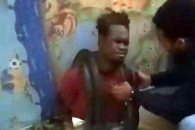Cảnh sát Indonesia hỏi cung nghi phạm bằng... rắn sống - Ảnh 1.